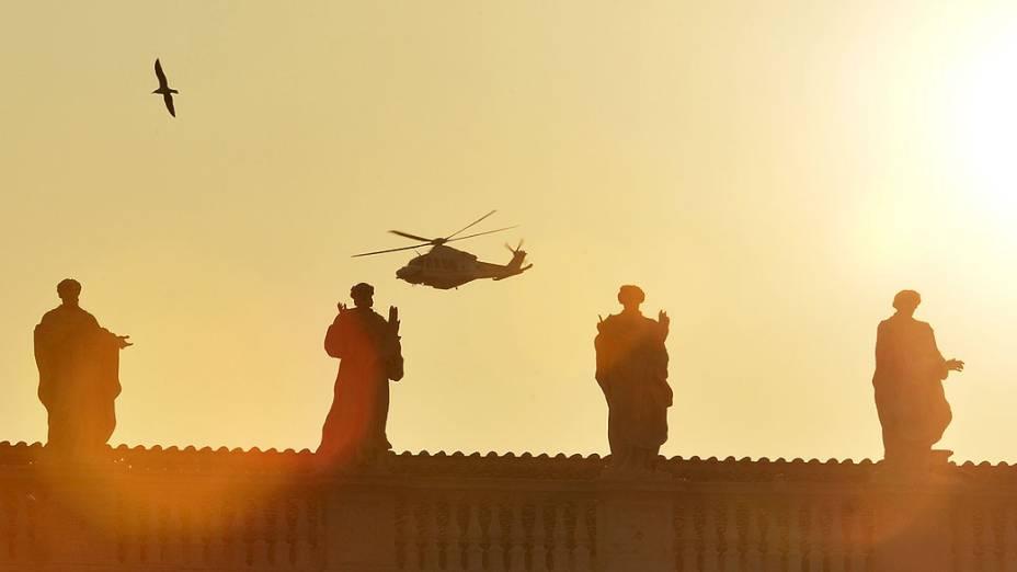 Helicóptero do Papa Bento XVI sobrevoa Basílica de São Pedro, no Vaticano