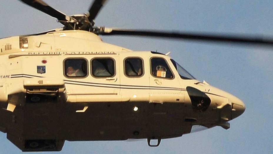 Helicóptero com o Papa Bento XVI a bordo sobrevoa Praça de São Pedro, no Vaticano
