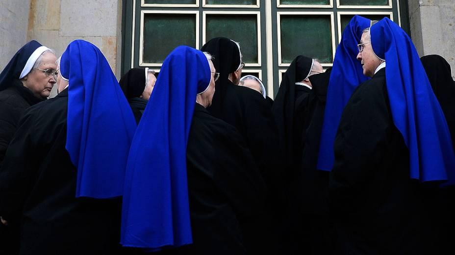 Freiras chegam para missa de renúncia do Papa Bento XVI na Catedral de St. Hedwig, em Berlim