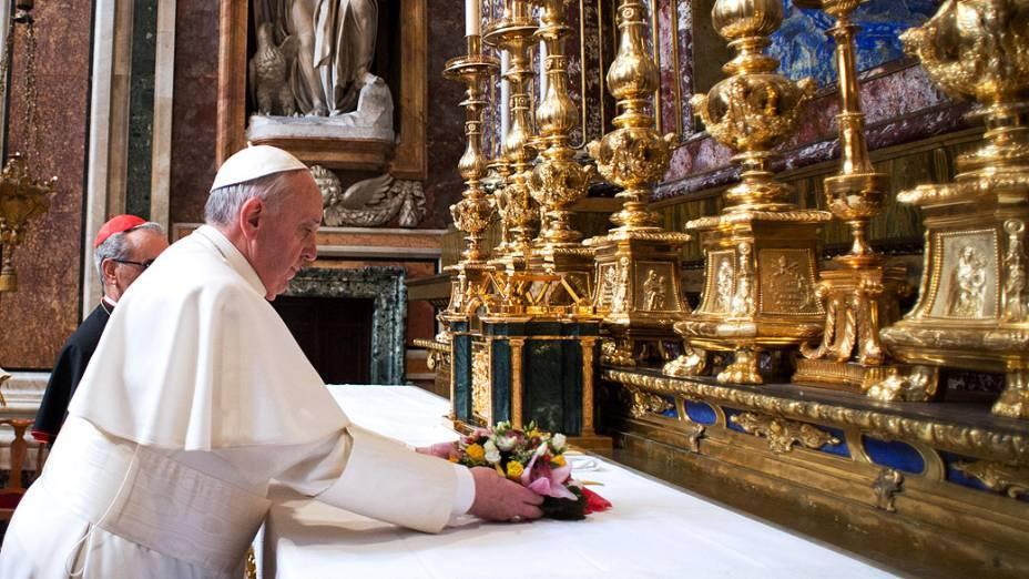 Papa Francisco faz orações na Basílica de Santa Maria Maggiore, em Roma em seu primeiro dia de pontificado