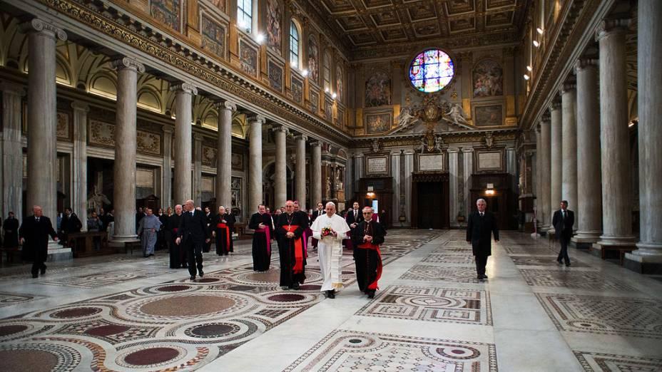 Papa Francisco, da Argentina, caminha na Basílica de Santa Maria Maggiore, durante uma visita privada em Roma