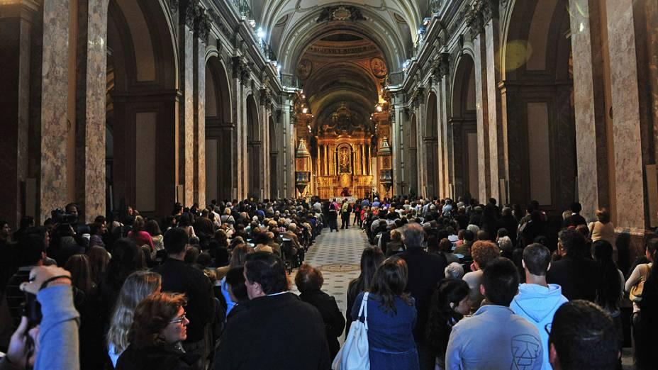 Cidadãos argentinos comemoram proclamação de Jorge Mario Bergoglio como o novo papa, durante missa na Catedral de Buenos Aires