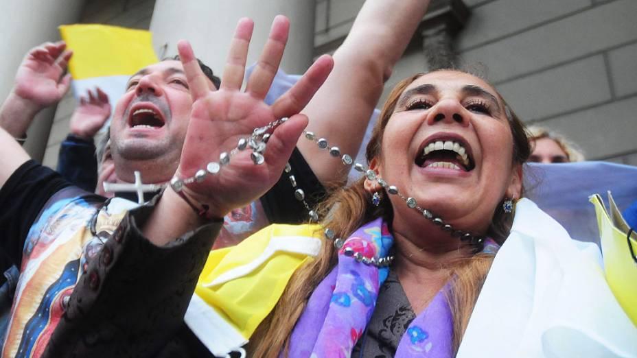 Cidadãos argentinos comemoram proclamação de Jorge Mario Bergoglio como o novo papa
