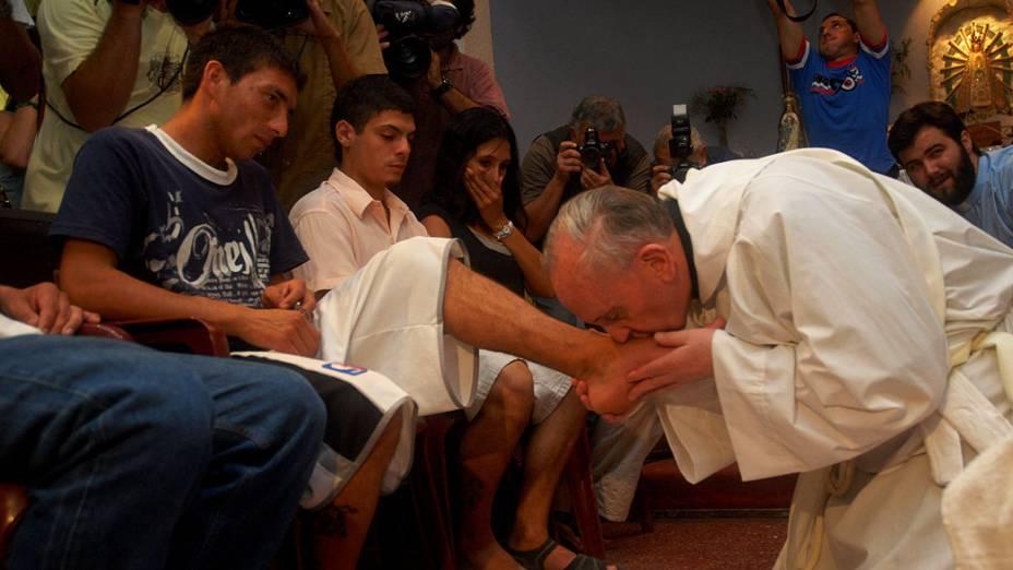 Arcebispo de Buenos Aires, Jorge Mario Bergoglio, beija os pés de pessoas pobres e viciado em drogas, durante celebração