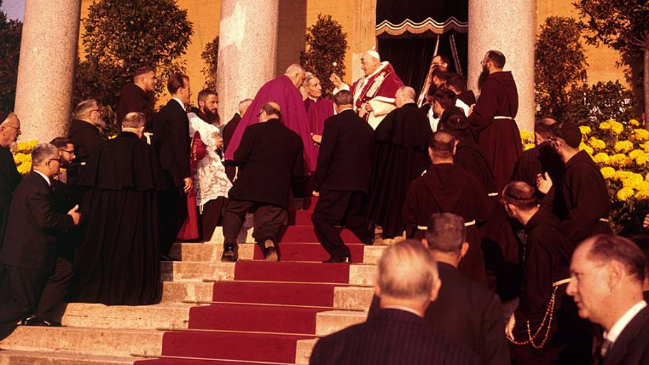 1960 - Papa João XXIII durante visita á igreja de São Basílio, em Roma