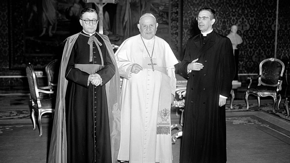 1960 -  Josemaría Escrivá de Balaguer, fundador do Opus Dei, ao lado do papa João XXIII e o Mons. Álvaro del Portillo no Vaticano