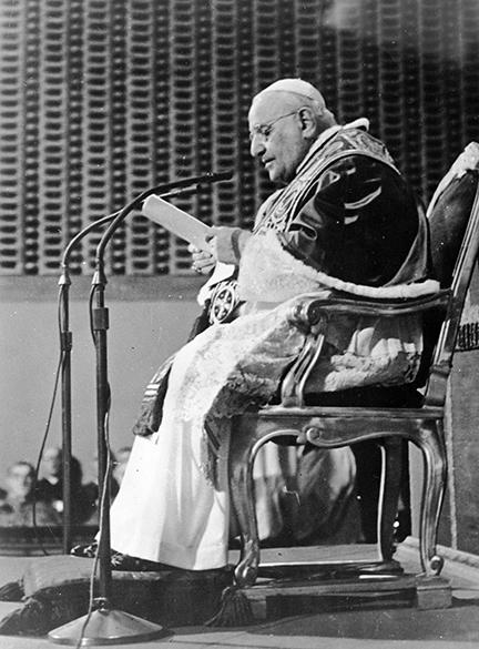 1961 - Papa João XXIII lê mensagem para o mundo apelando para a paz a partir de sua residência de verão em Castelgandolfo