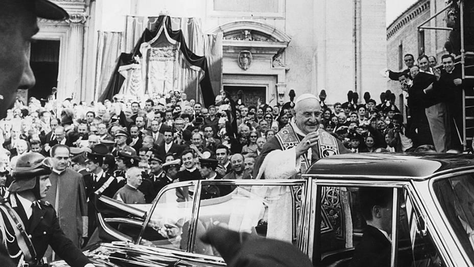Outubro de 1962 - O papa João XXIII recebe com entusiasmo a multidão em Loreto, durante uma peregrinação para rezar nos santuários de Loreto e Assis antes do início do Concílio Vaticano II