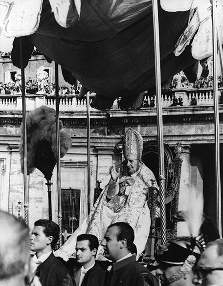 João XXIII carregado no trono papal em 1962
