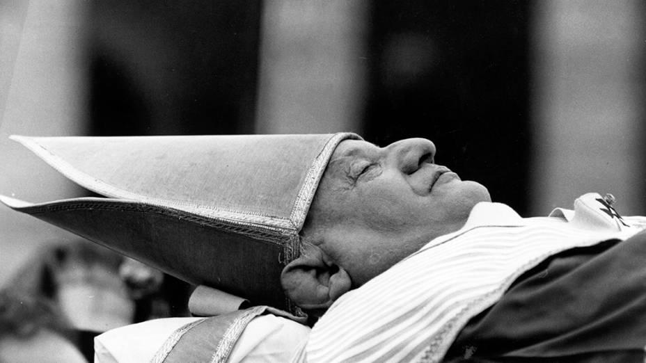 1963 - O corpo do Papa João XXIII na Basílica de São Pedro, em Roma