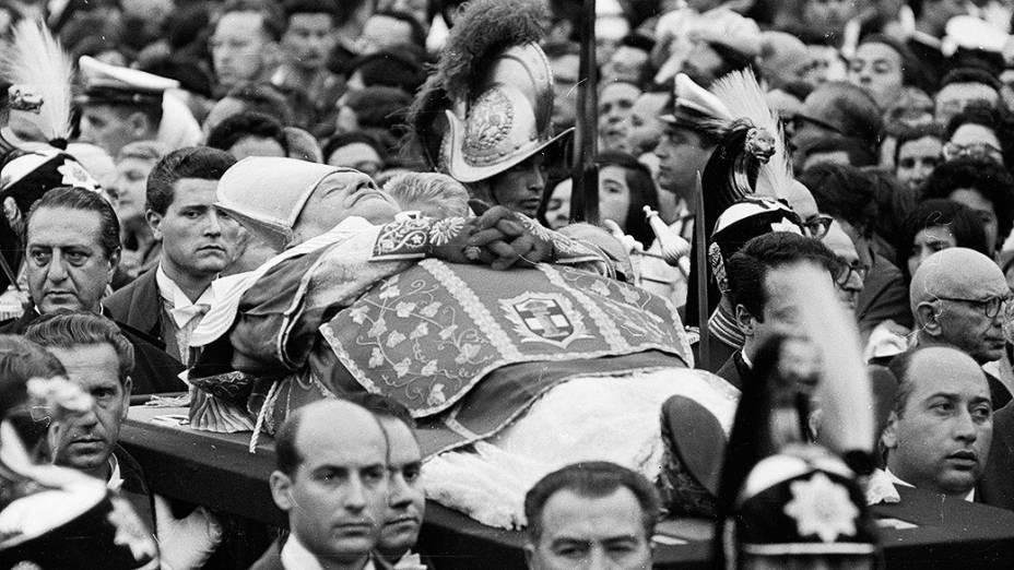 Julho de 1963 - Corpo do papa João XXIII é carregado em meio à multidão na Praça de São Pedro, no Vaticano