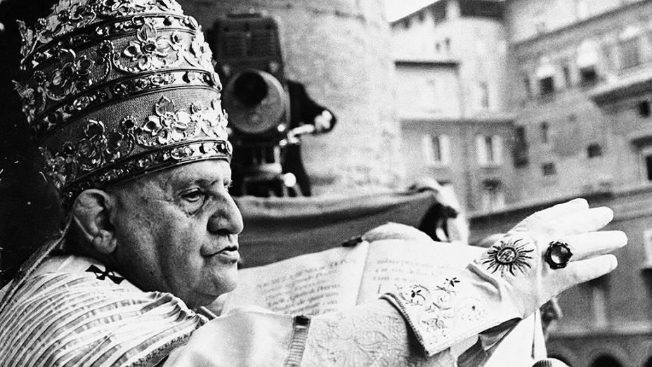 1958 - Papa João XXIII, concede a benção aos fiéis na Praça de São Pedro logo após ser coroado pontífice da Igreja Católica