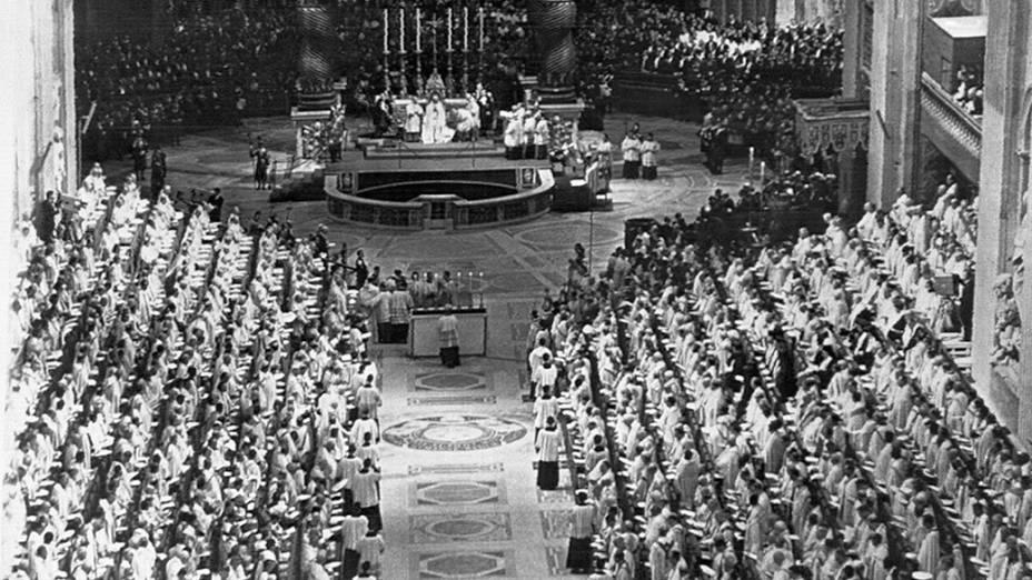 Outubro de 1962 - Papa João XXIII preside a abertura do Concílio Ecumênico Vaticano II - maior assembléia de prelados da história da Igreja Católica