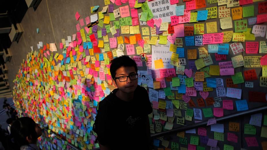 Homem sobe as escadas que serviram de mural para manifestantes pró-democracia expressarem suas vontades, em Hong Kong
