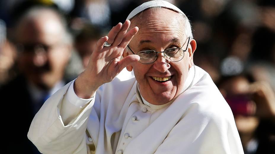 Papa Francisco acena para a multidão durante a missa de entronização, no Vaticano