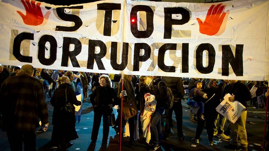 Grande faixa contra a corrupção é vista durante protesto em Buenos Aires