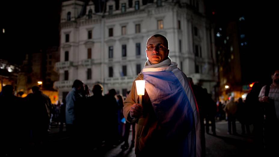 Manifestante segura uma vela durante protesto contra o governo argentino realizado dias depois de tragédia em Rosário