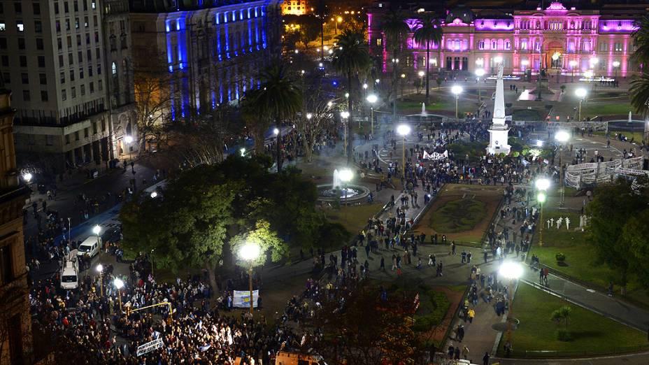 """Manifestantes fazem """"panelaço"""" contra as políticas do governo da presidente Cristina Kirchner às vésperas das eleições primárias na Argentina"""