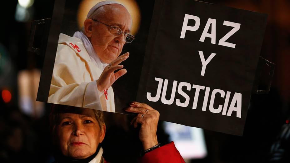 Mulher segura cartaz com foto do papa Francisco, durante manifestação em Buenos Aires convocada através das redes sociais