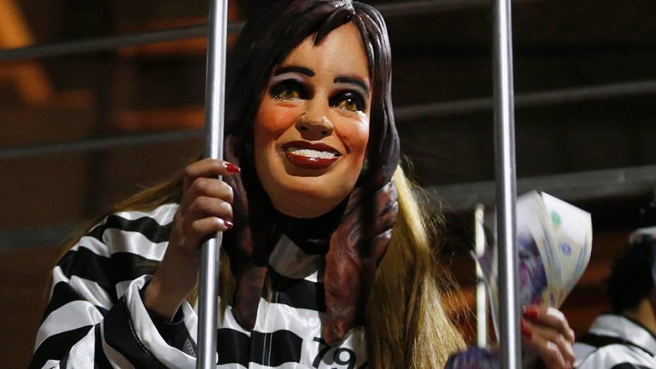 Manifestante usa máscara com imagem da presidente Cristina Kirchner e uniforme de detento em manifestação em frente ao Obelisco, em Buenos Aires