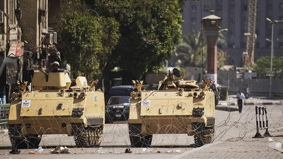 Carros blindados do exército egípcio são vistos estacionados na entrada da Praça Tahrir, partidários do deposto presidente egípcio Mohamed Morsi anunciou novas manifestações (18/08/2013)