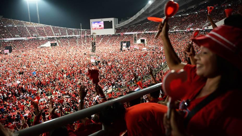 Grupo de apoiadores do governo durante comício em um estádio de Bangcoc, na Tailândia