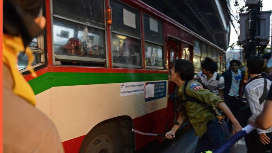 Manifestantes atacaram ônibus que transportava apoiadores do governo para um estádio de Bangcoc, na Tailândia, onde seria realizado um comício político