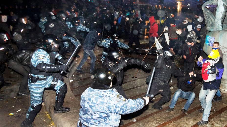 Manifestantes entraram em confronto com polícia na manhã de sábado (30), na Praça da Independência, em Kiev, durante protesto pedindo a demissão do presidente Viktor Yanukovych, na Ucrânia