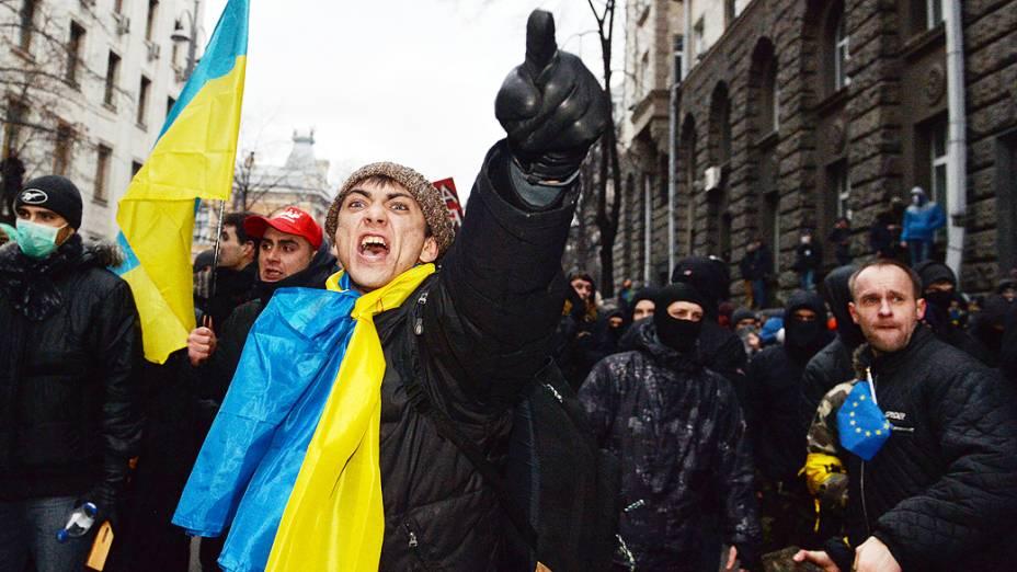 Manifestantes enfrentam polícia perto do escritório presidencial em Kiev em um protesto exigindo eleições antecipadas destinadas a punir autoridades por rejeitar a participação da Ucrânia na União Européia