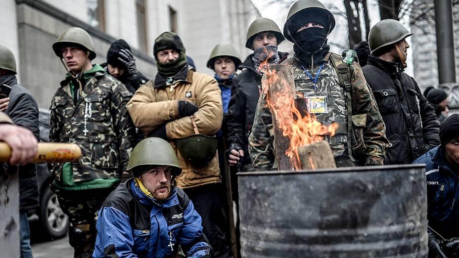 Manifestantes anti-governo aguardam em frente ao prédio do Parlamento em Kiev, na Ucrânia