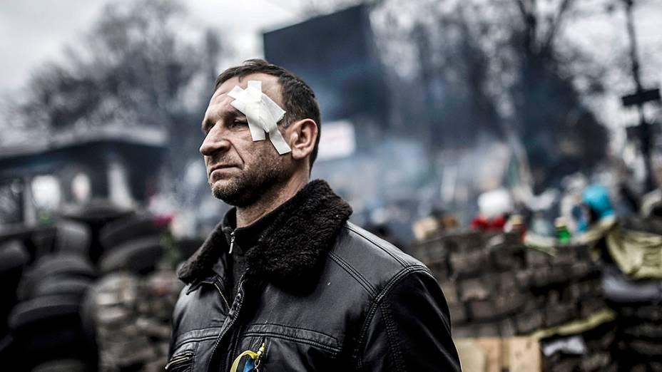 Manifestante que foi ferido em confronto com a polícia durante os protestos, visita a Praça da Independência em Kiev, na Ucrânia