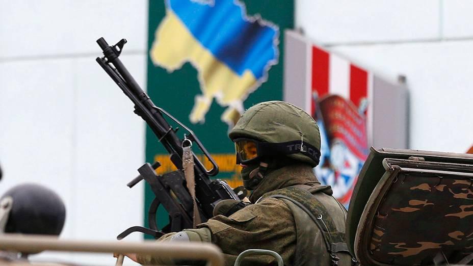 Soldado das forças armadas russas aguarda na fronteira da Ucrânia para entrar na cidade de Crimeia, em 01/03/2014