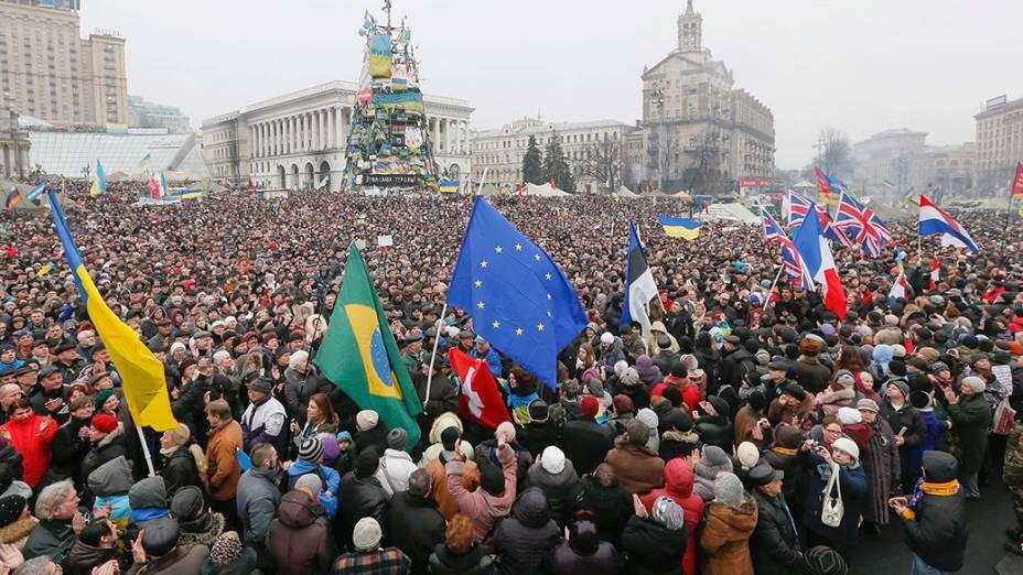 Manifestantes de diferentes países erguem bandeiras e se juntam aos ucranianos na Praça da Independência em Kiev, na Ucrânia