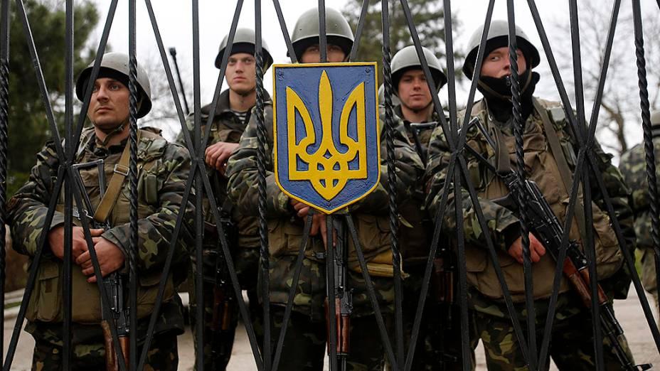 Soldados ucranianos montam guarda em base militar da Crimeia, na Ucrânia