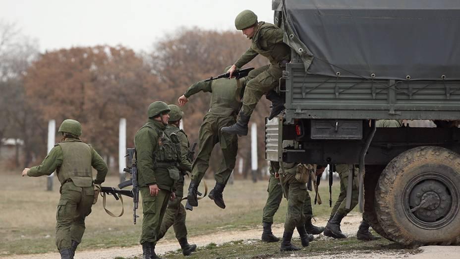 Tropas da Rússia desembarcam na base aérea de Belbek, na Crimeia