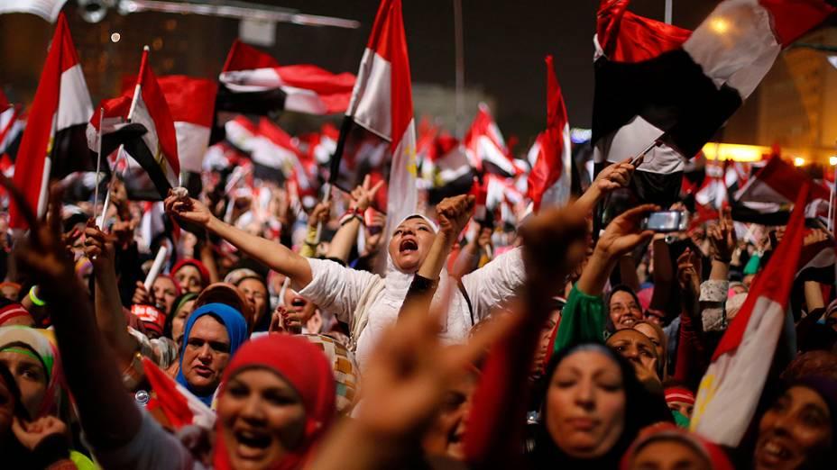 Manifestantes comemoram a queda do presidente Mohamed Mursi na Praça Tahrir, na terça-feira (3)