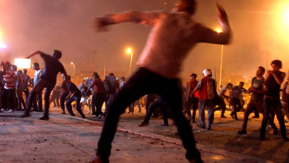 Manifestantes que apoiam o presidente deposto Mohamed Mursi, entram em confronto com seus opositores no Cairo, Egito