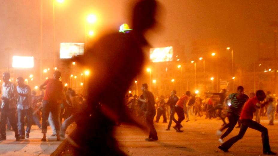 Manifestantes que apoiam o presidente deposto Mohamed Mursi, entram em confronto com seus opositores durante protesto no Cairo, Egito
