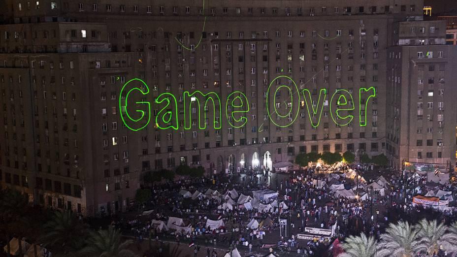 """Manifestantes egípcios que pediam a queda do presidente Mohamed Mursi reuniram-se na Praça Tahrir, no Cairo, na terça-feira 2 de julho, mirando luzes de laser no prédio do governo com a frase """"Game Over"""""""