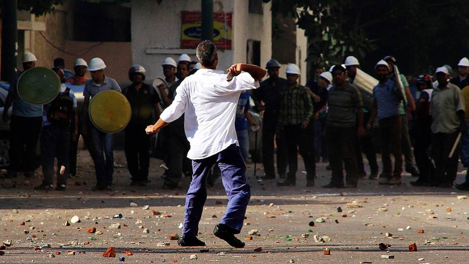 Apoiadores e opositores do presidente do Egito, Mohamed Mursi, entram em confronto em Alexandria, sexta-feira (28/07/2013)