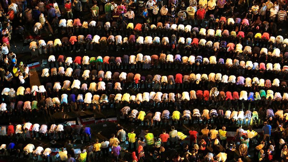 Opositores do presidente do Egito, Mohamed Mursi, fazem suas orações da manhã durante  protesto na Praça Tahrir, sábado (29/06/2013)