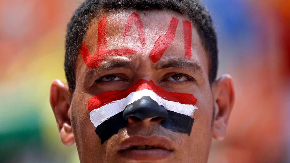 Opositores do presidente do Egito, Mohamed Mursi, fazem suas orações da manhã durante protesto na Praça Tahrir, domingo (30/06/2013)