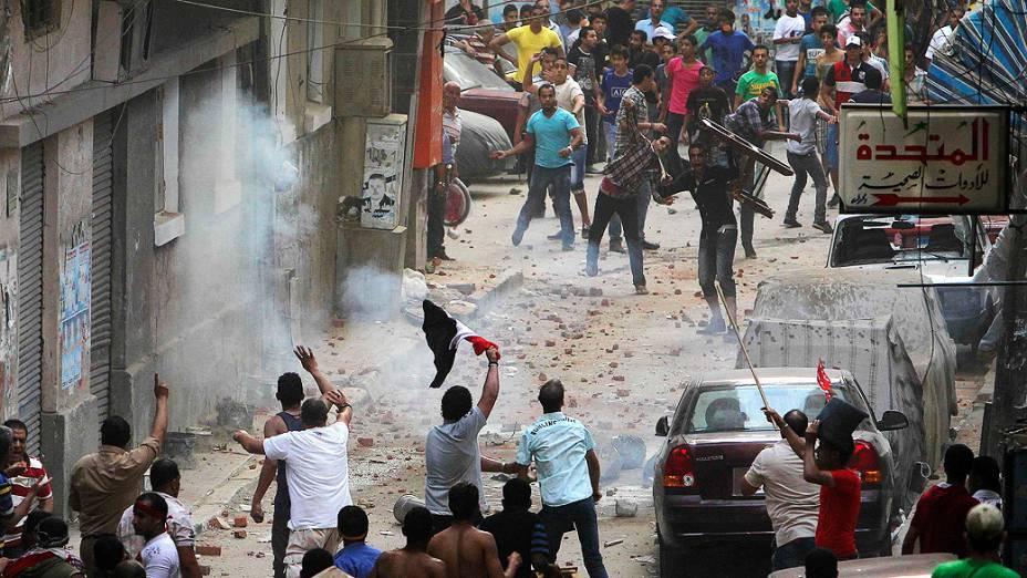 Opositores do presidente do Egito, Mohamed Mursi, entram em confronto com moradores da região durante protesto em Alexandria, domingo (30/06/2013)