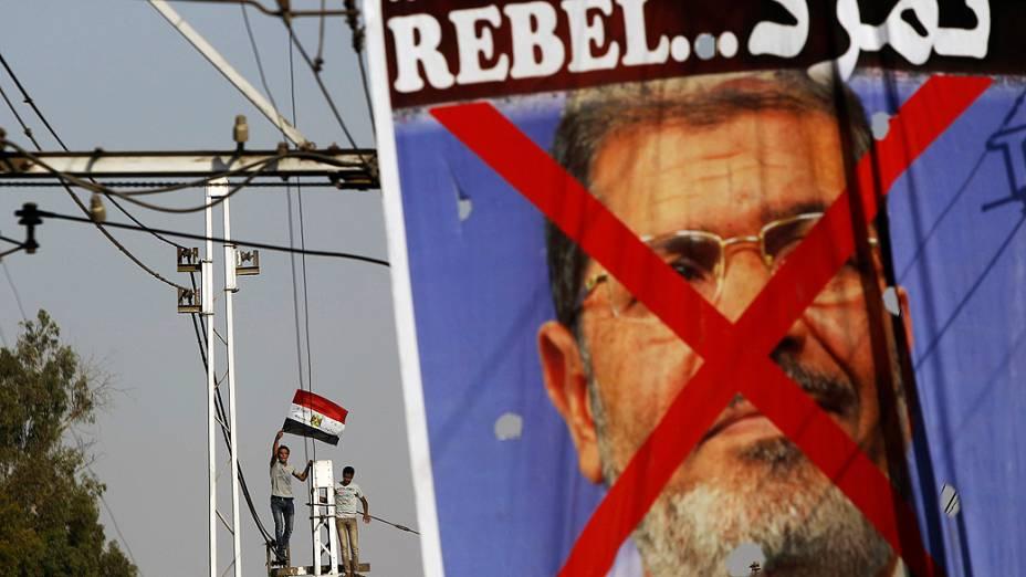 Manifestantes opositores ao presidente egípcio, Mohamed Mursi durante um protesto na frente do palácio presidencial El-Thadiya , no Cairo, no domingo 30 de junho