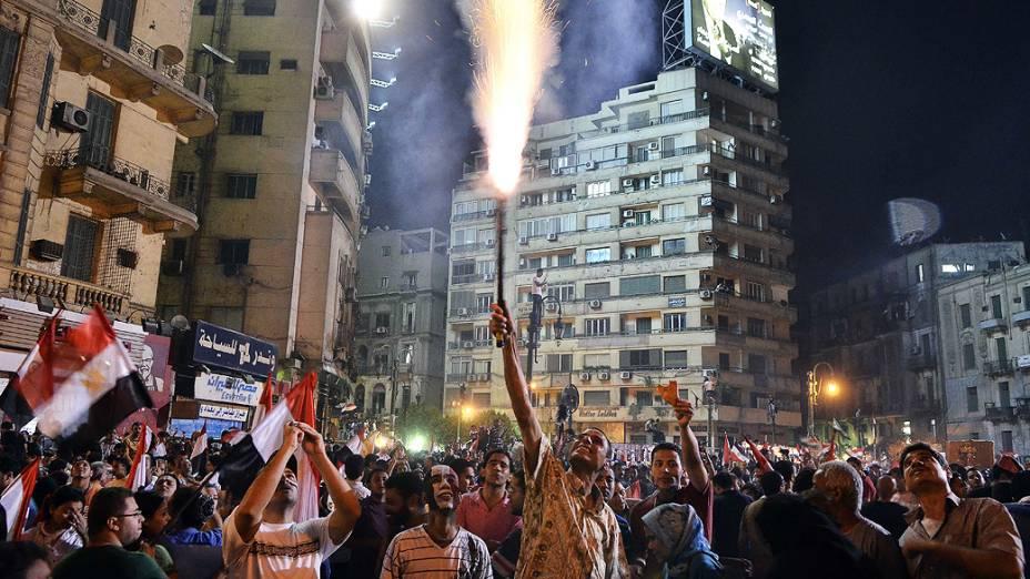 Milhares de manifestantes egípcios se reúnem na praça Tahrir durante um protesto pedindo a saída do presidente Mohamed Mursi, na segunda-feira, 1º de Julho