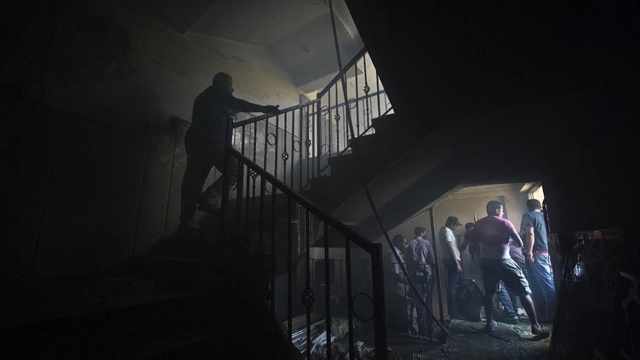 Egípcios inspecionam a sede do partido da Irmandade Muçulmana no distrito Moqattam do Cairo, após incêndio durante protestos que pedem a saída do presidente Mohamed Mursi, segunda-feira 1º de julho