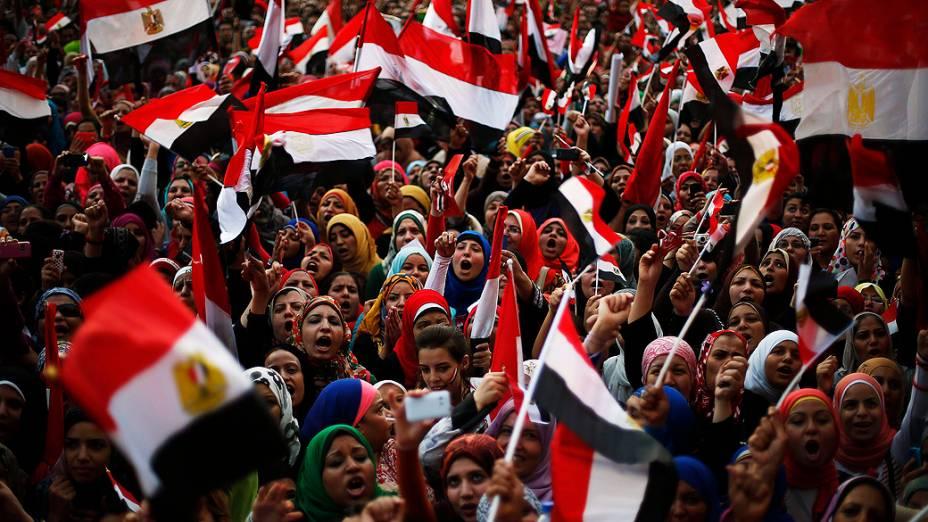 Manifestantes se reúnem em frente ao Palácio Presidencial no Cairo, para pedir a renúncia do Presidente Mohamed Mursi, segunda-feira (01/07/2013)