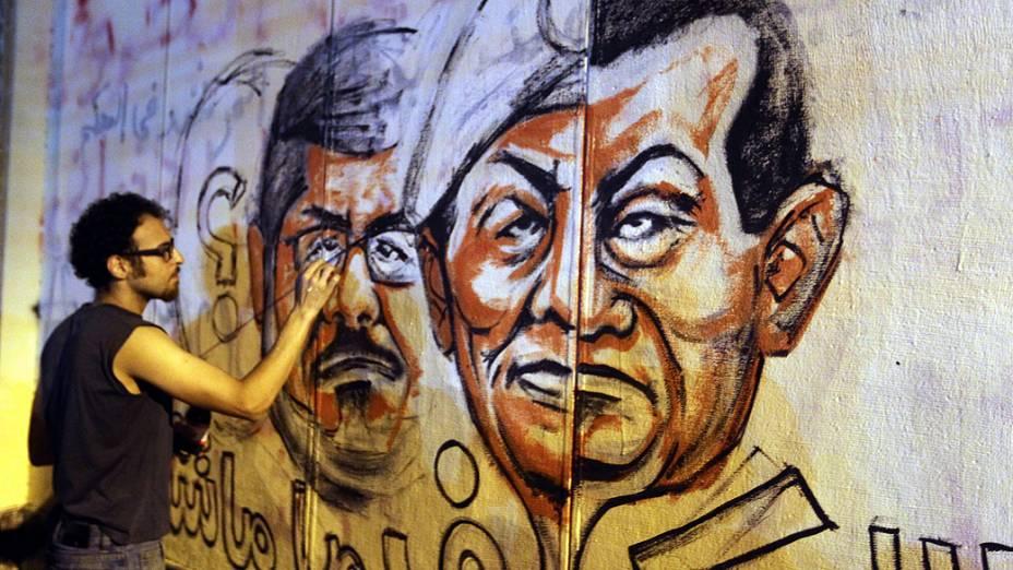 Manifestante faz um grafite com o rosto do presidente do Egito, Mohamed Mursi, pedindo sua renúncia, nesta segunda-feira (01/07/2013)
