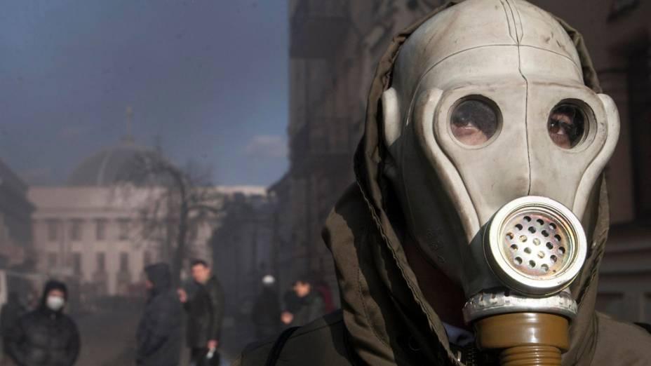 Manifestante usa uma máscara de gás durante protesto contra o governo em Kiev, na Ucrânia