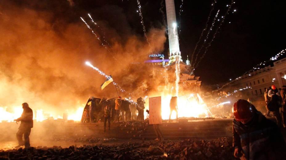Um rojão explode durante confronto entre manifestantes e a polícia, em protesto contra o governo em Kiev, na Ucrânia